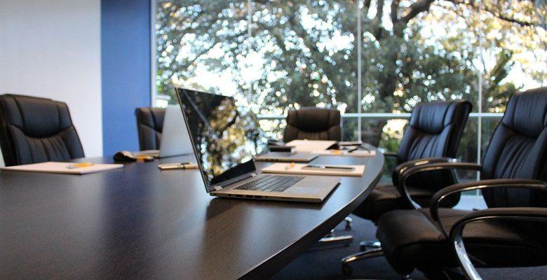 Agencer une salle de réunions : le choix de la table